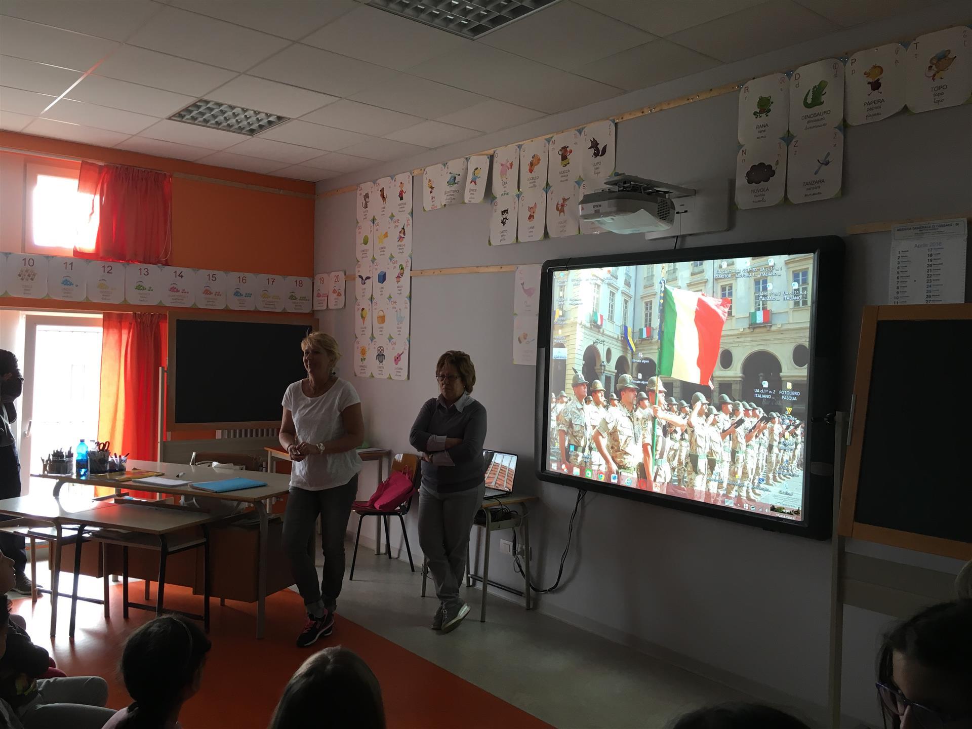Le insegnanti mostrano il video agli alpini